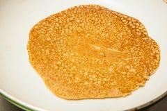 Laga mat quinoakräpparna slå på en stekpanna Royaltyfria Bilder