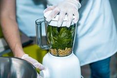 Laga mat rå strikt vegetarianspridningar och såser för ett parti med en variation av fingermat för gluten fritt Fotografering för Bildbyråer