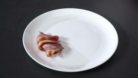 Laga mat sätter skinka på en platta lager videofilmer