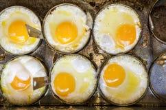Laga mat sex stekte ägg med gjuter på lagget Fotografering för Bildbyråer