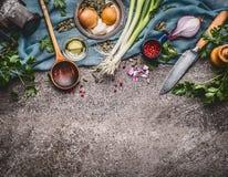 Laga mat skeden med kniven och att laga mat ingredienser, matbakgrund, bästa sikt Royaltyfri Bild