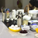 Laga mat skolan Ingredienser och matlagningredskap på tabellen C royaltyfri foto