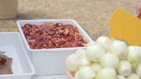 Laga mat snitt köttet på brädet och sätter det i den plast- behållaren stock video