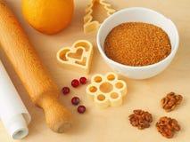 Laga mat som är processaa Delar för att förbereda den julkakor eller kakan med några redskap på en tabell Royaltyfri Fotografi