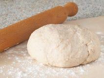 Laga mat som är processaa Förbereda ny deg för kakor, bakelser, bullar eller pizza Royaltyfri Bild