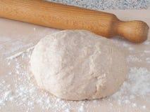 Laga mat som är processaa Förbereda ny deg för kakor, bakelser, bullar eller pizza Fotografering för Bildbyråer