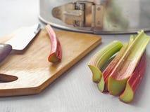 Laga mat som är processaa hem- stekhett begrepp Förbereda rabarberkakan Arkivbild