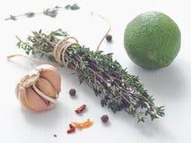 Laga mat som är processaa Kulinariska ingredienser som är ordnade på den vita trätabellen Arkivfoton