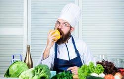Laga mat som hobby och yrkesmässig ockupation Färgrikt kulinariskt Vegetarian bantar begrepp Kock som lagar mat söt peppar man royaltyfria foton