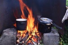 Laga mat soppa på lägereld på trädgården i panna royaltyfria bilder
