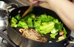 Laga mat steka maträttmatställebegrepp Arkivfoton