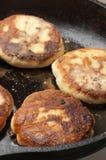 Laga mat: steka pannkakor Fotografering för Bildbyråer