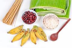 Laga mat strömmad klibbiga ris och svart böna i bananblad Arkivbilder
