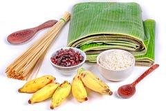 Laga mat strömmad klibbiga ris och svart böna i bananblad Arkivfoto