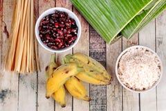 Laga mat strömmad klibbiga ris och svart böna i bananblad Arkivbild