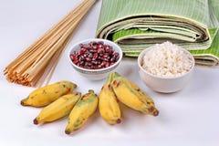 Laga mat strömmad klibbiga ris och svart böna i bananblad Royaltyfri Bild