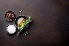 Laga mat tabellen med örter och kryddor royaltyfria foton
