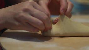 Laga mat Tatar nationell disk Väva och sammanfoga sidorna av en triangulär liten pastej Laga mat baka mjöl lager videofilmer