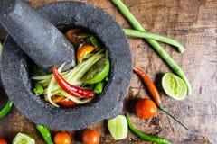 Laga mat thailändsk mat, papayasallad och att krydda på en trätabell royaltyfri fotografi