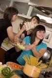 laga mat tillsammans Arkivbild