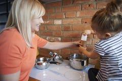 laga mat tillsammans Royaltyfri Fotografi