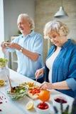 laga mat tillsammans Arkivbilder