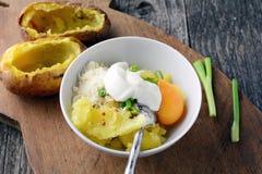 Laga mat två gånger bakade potatisar Royaltyfri Fotografi