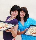 laga mat två unga kvinnor Royaltyfria Bilder