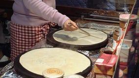 Laga mat varma söta pannkakor på gatan Royaltyfri Foto