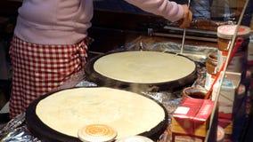 Laga mat varma söta pannkakor på gatan Arkivbild