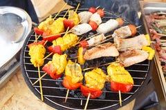 Lagad mat fisk med grillade grönsaker fotografering för bildbyråer