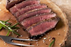 Lagad mat gallernötköttbiff med stekte potatisar och tomater arkivbild