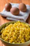 Lagad mat havre i bunken med lagade mat ägg i bakgrunden Arkivbild