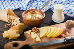 Lagad mat havregröthavremjöl i en bunke på trämörk bakgrund Ingredienser för matlagning royaltyfri foto