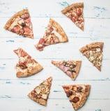 Lagad mat hem- köttpizza med raketsallad och körsbärsröda tomater, på en vit lantlig bakgrund, utrymme för text royaltyfri foto