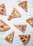 Lagad mat hem- köttpizza med raketsallad och körsbärsröda tomater, på en vit lantlig bakgrund, utrymme för text arkivbilder