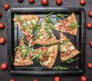 Lagad mat hem- köttpizza med raketsallad och körsbärsröda tomater, på en vit lantlig bakgrund, utrymme för text royaltyfri fotografi