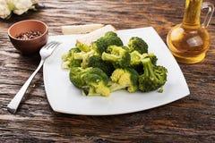 Lagad mat kålbroccoli på en platta Arkivfoton