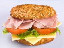 Lagad mat kall bagel för Ham Sliced Tomato och ostsalladsesam Royaltyfri Bild