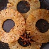 lagad mat kryddig ananasskiva Arkivbilder