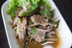 Lagad mat lever i den kryddiga smaktillsatsen - thailändsk mat arkivfoton