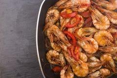 Lagad mat ny räka med tomaten och lökar Royaltyfria Foton