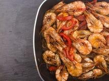 Lagad mat ny räka med tomaten och lökar Arkivbild