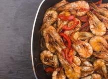 Lagad mat ny räka med tomaten och lökar Arkivfoton