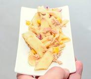 Lagad mat pasta med den röda löken, tonfisk och havre, vit platta Arkivbilder