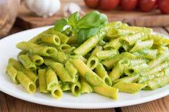 Lagad mat pasta med ny italiensk basilikapesto Royaltyfri Fotografi