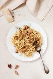Lagad mat pasta med porcini på den vita plattan Arkivbild
