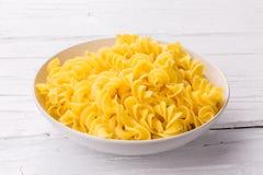 Lagad mat pasta utan sås på den vita plattan och vit träbackg Royaltyfri Fotografi
