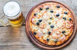 Lagad mat pizza med ett exponeringsglas av öl Royaltyfri Fotografi