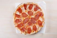 Lagad mat pizza på den tunna skorpan i köket Royaltyfria Foton